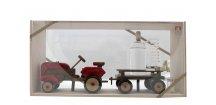 TRAKTOR dřevěné auto s vlekem s destlilačním přístrojem se slivovicí 0,2 L 40% + 2 odlivky