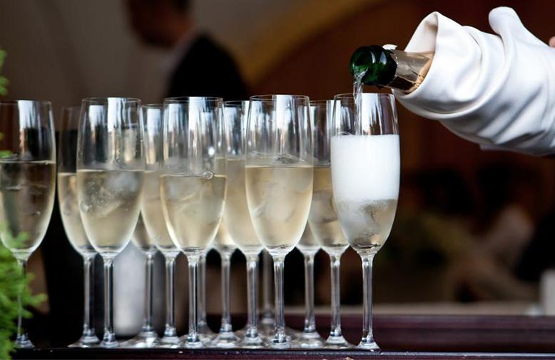 Servírování šampaňského
