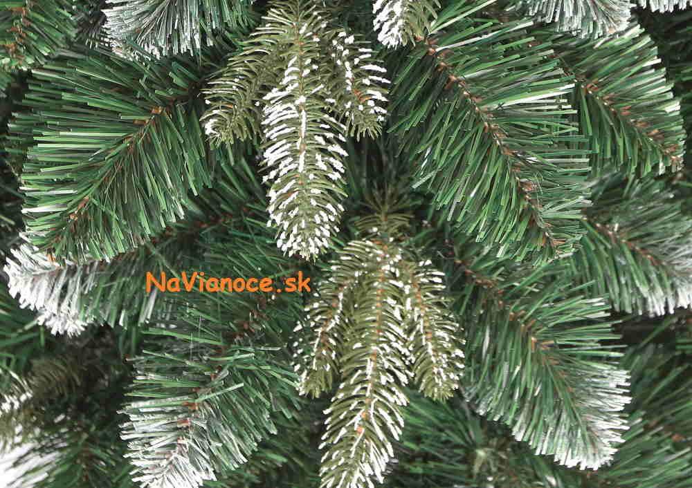 vianočné stromčeky so snehom