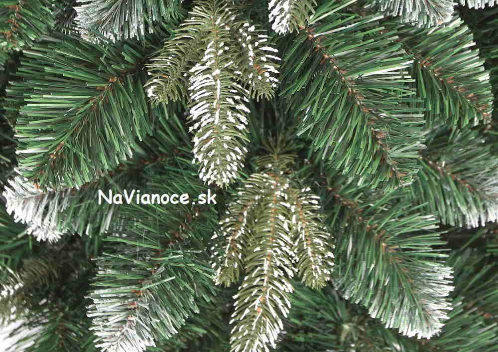 zasnežený vianočný umelý stromček