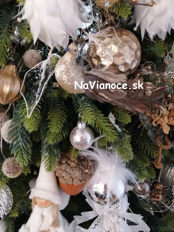 ozdobeny-vianocny-stromcek