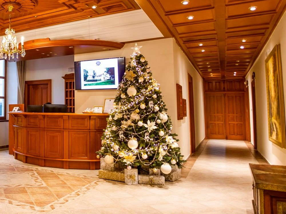 kvalitny-luxusny-umely-vianocny-stromcek