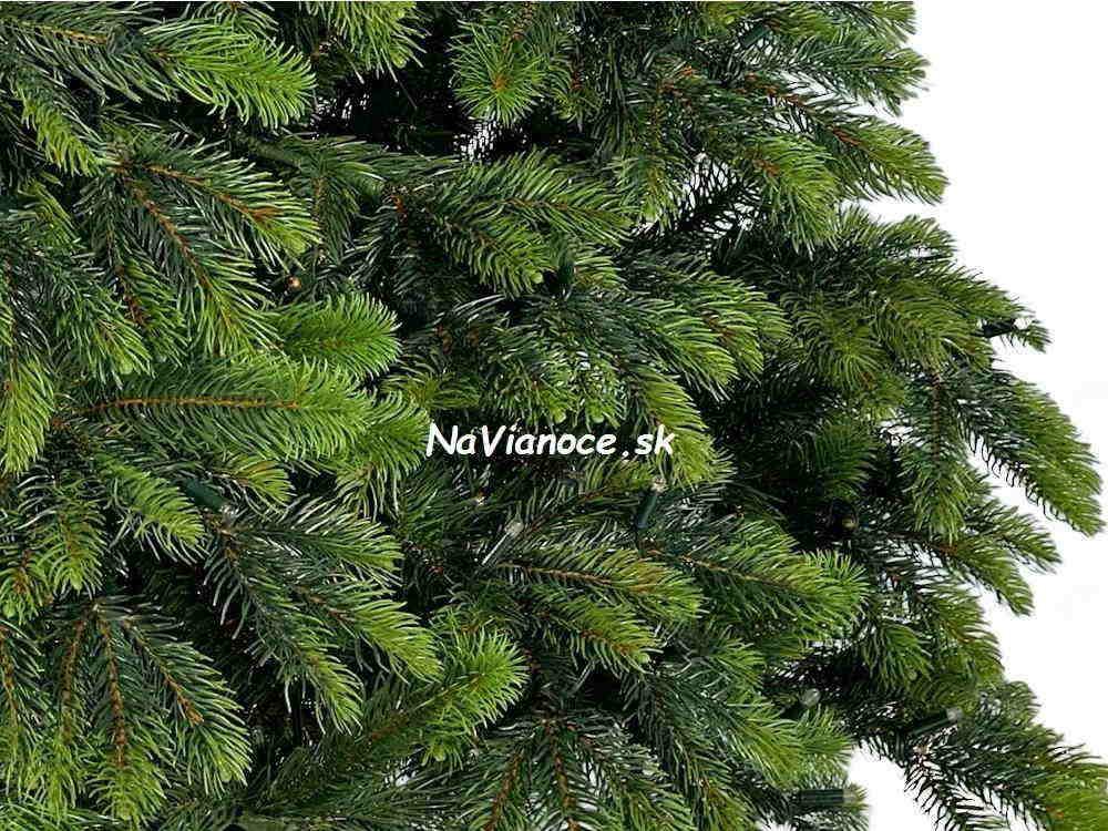 pekny-atraktivny-umely-vianocny-stromcek-na-Vianoce