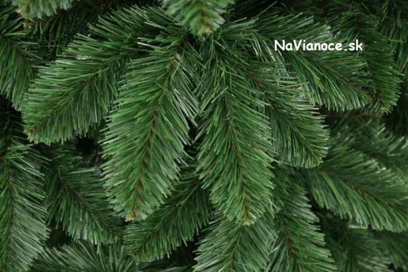 borovicové zelené klasické obyčajné ihličie, vianočný stromček na Vianoce