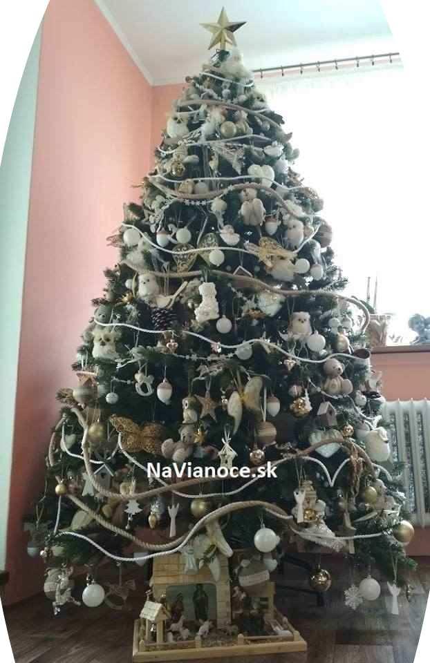 pekný ozdobený vianočný stromček 3d
