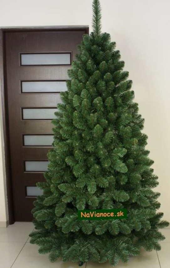 realna fotka zeleného vianočného stromčeka borovica umelá