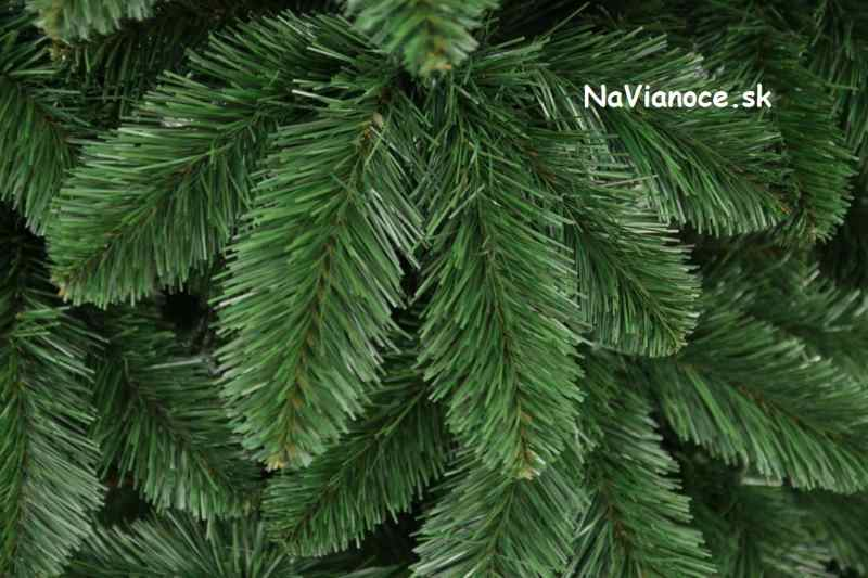vianočné klasické stromčeky s borovicovým ihličím
