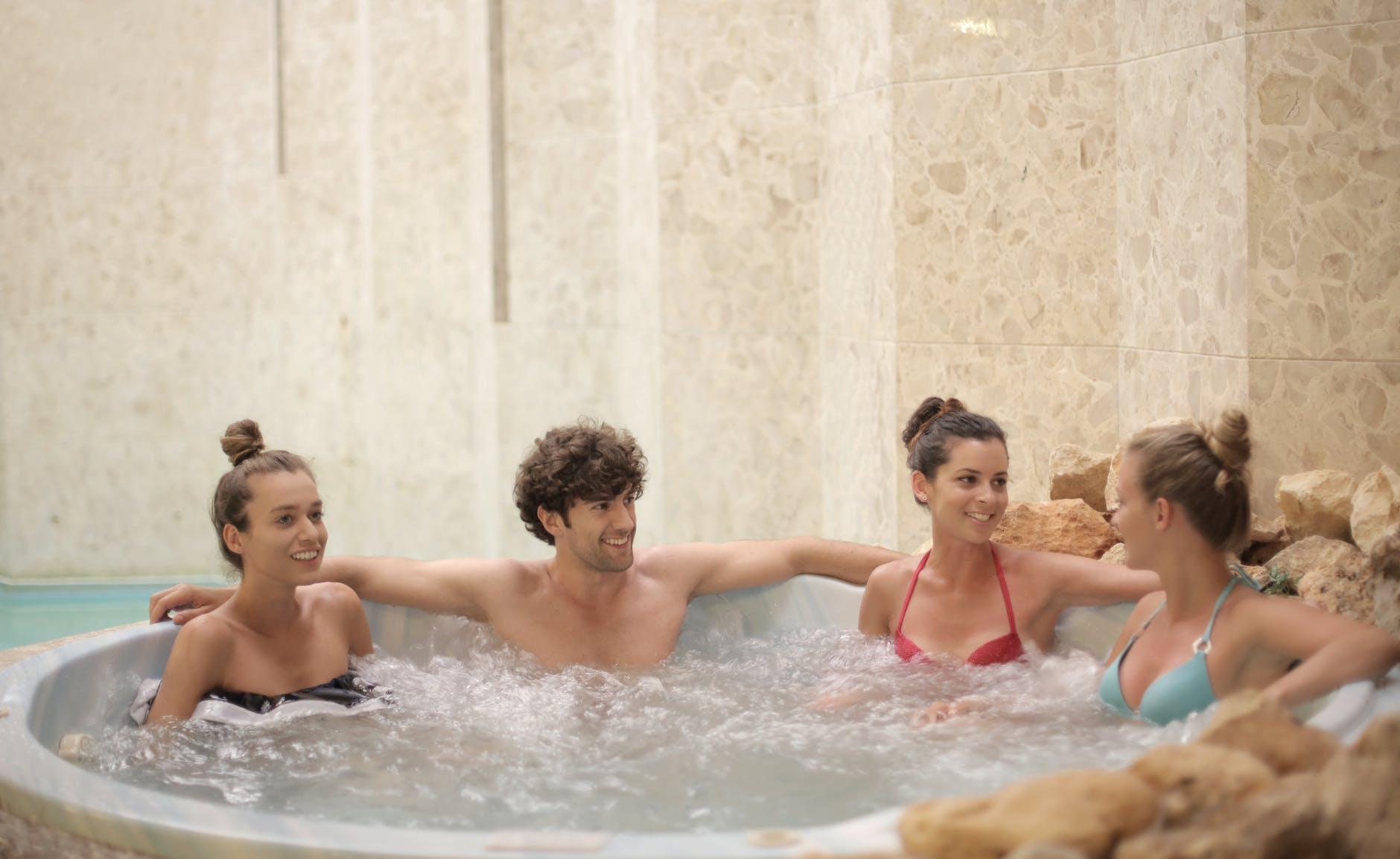 Vířivý bazén s přáteli