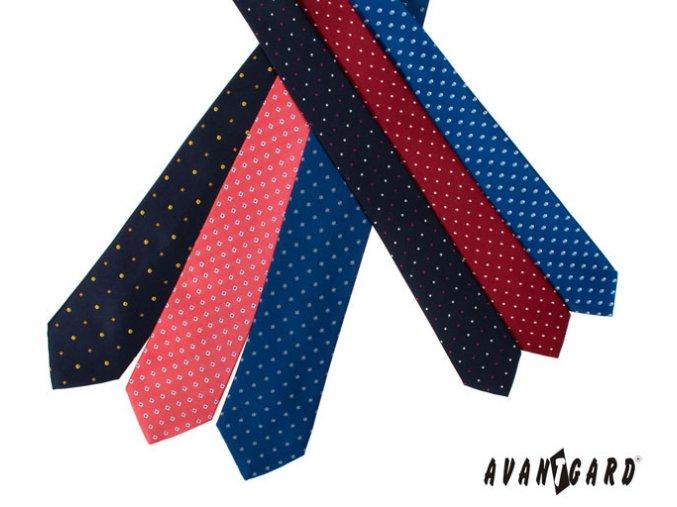 Korálová kravata s modrými čtverečky