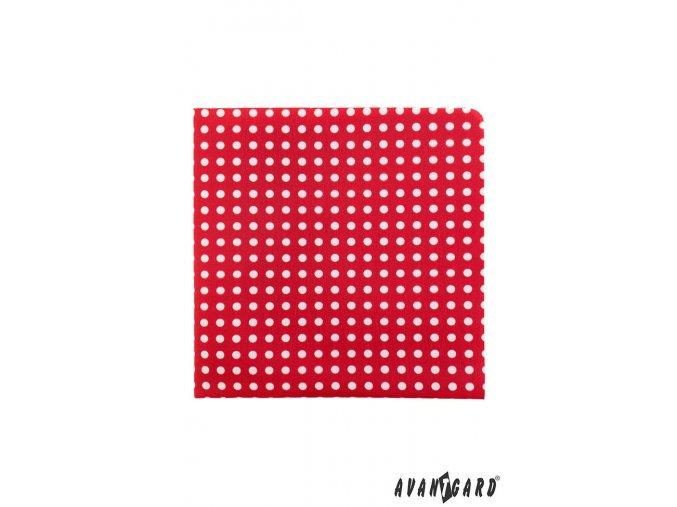 Červený kapesníček s bílými puntíčky