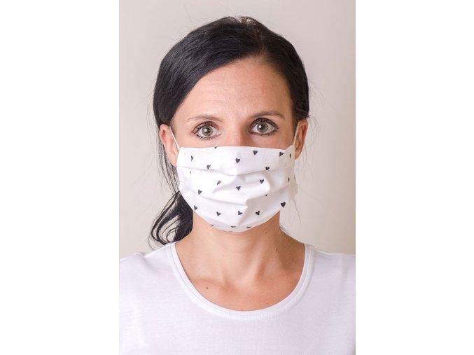 Bílá dámská ochranná rouška na obličej se srdíčky a s kapsou, dvouvrstvá, s tvarovacím drátkem (s gumičkami)