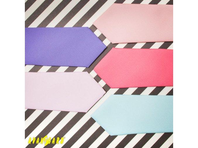 Velmi světle růžová kravata s hladkým povrchem