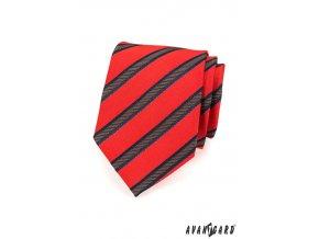 Červená kravata s širokými šikmými pruhy