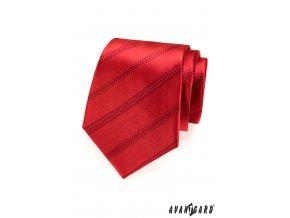 Červená kravata s pruhy stejné barvy_