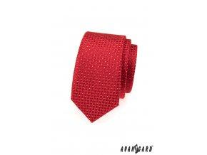 Červená slim kravata s kostičkovaným vzorem a drobnými bílými tečkami