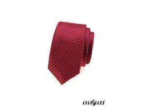 Červená jemně lesklá slim kravata s modrým vzorkem