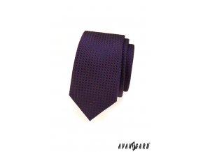 Tmavě modrá slim kravata s vínovou mřížkou