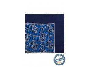 Modrý hedvábný kapesníček s výrazným vzorem