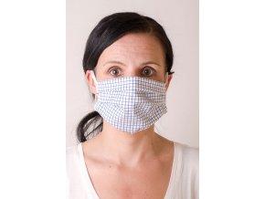 Bílá dámská ochranná rouška na obličej s modrou mřížkou (s gumičkami)