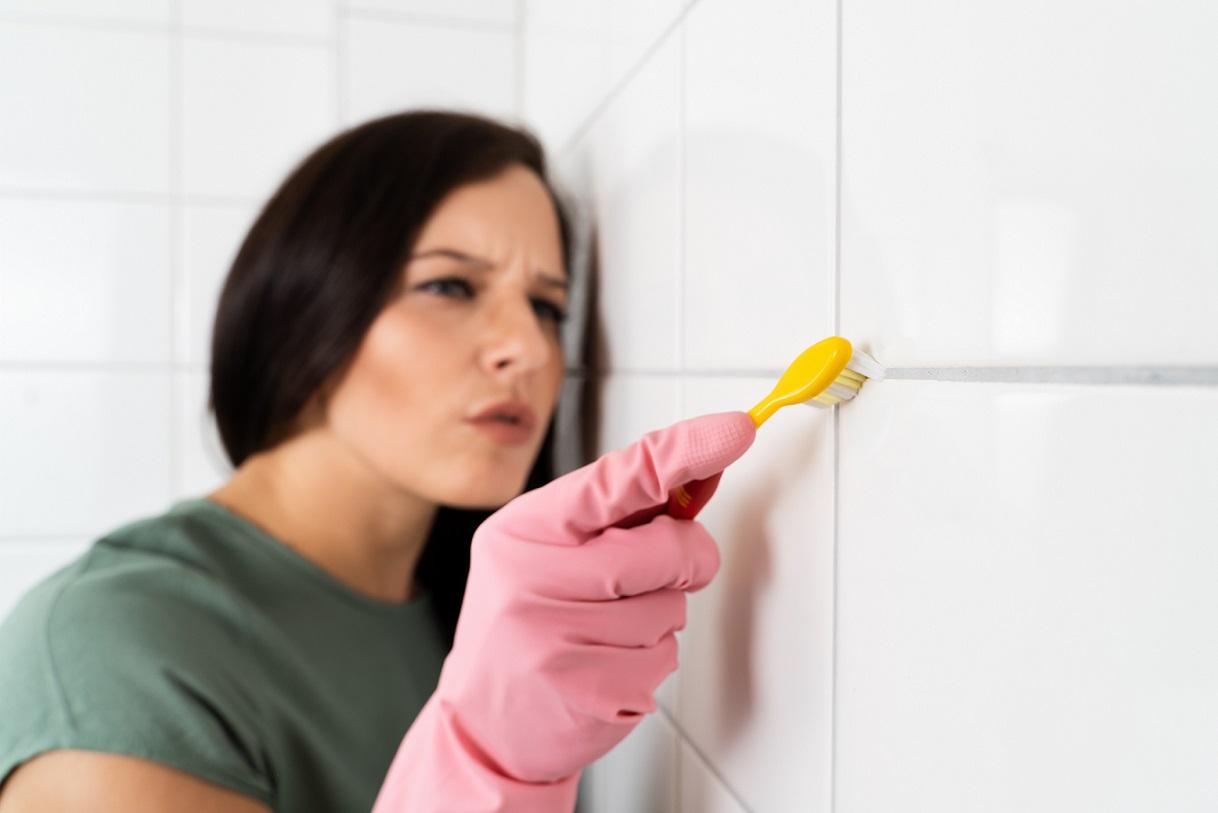 Jak snadno a účinně vyčistit spáry nejen v koupelně
