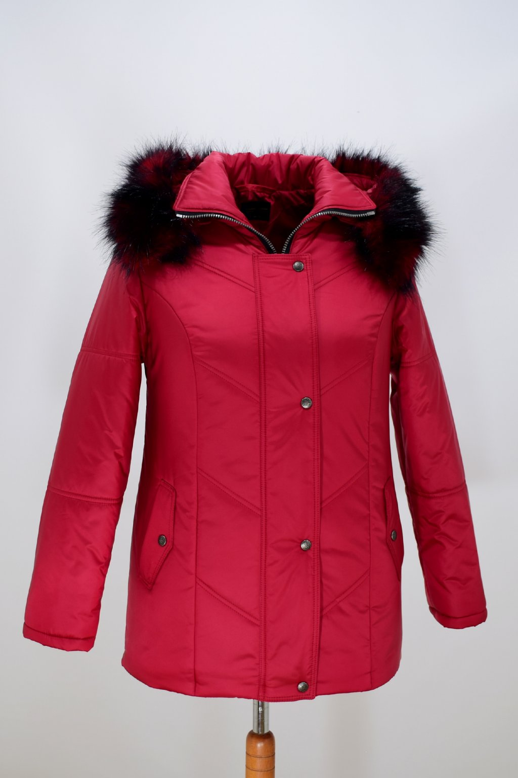 Dámská červená zimní bunda Saša nadměrné velikosti.