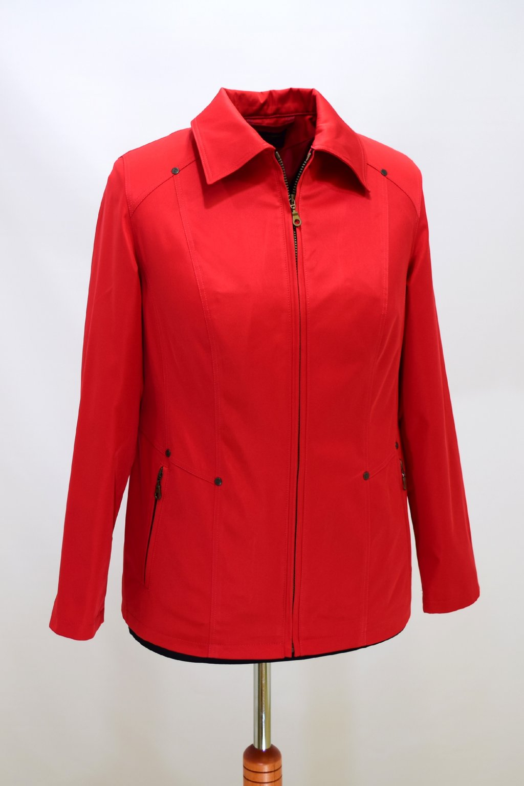 Dámská červená jarní bunda Hana nadměrné velikosti.