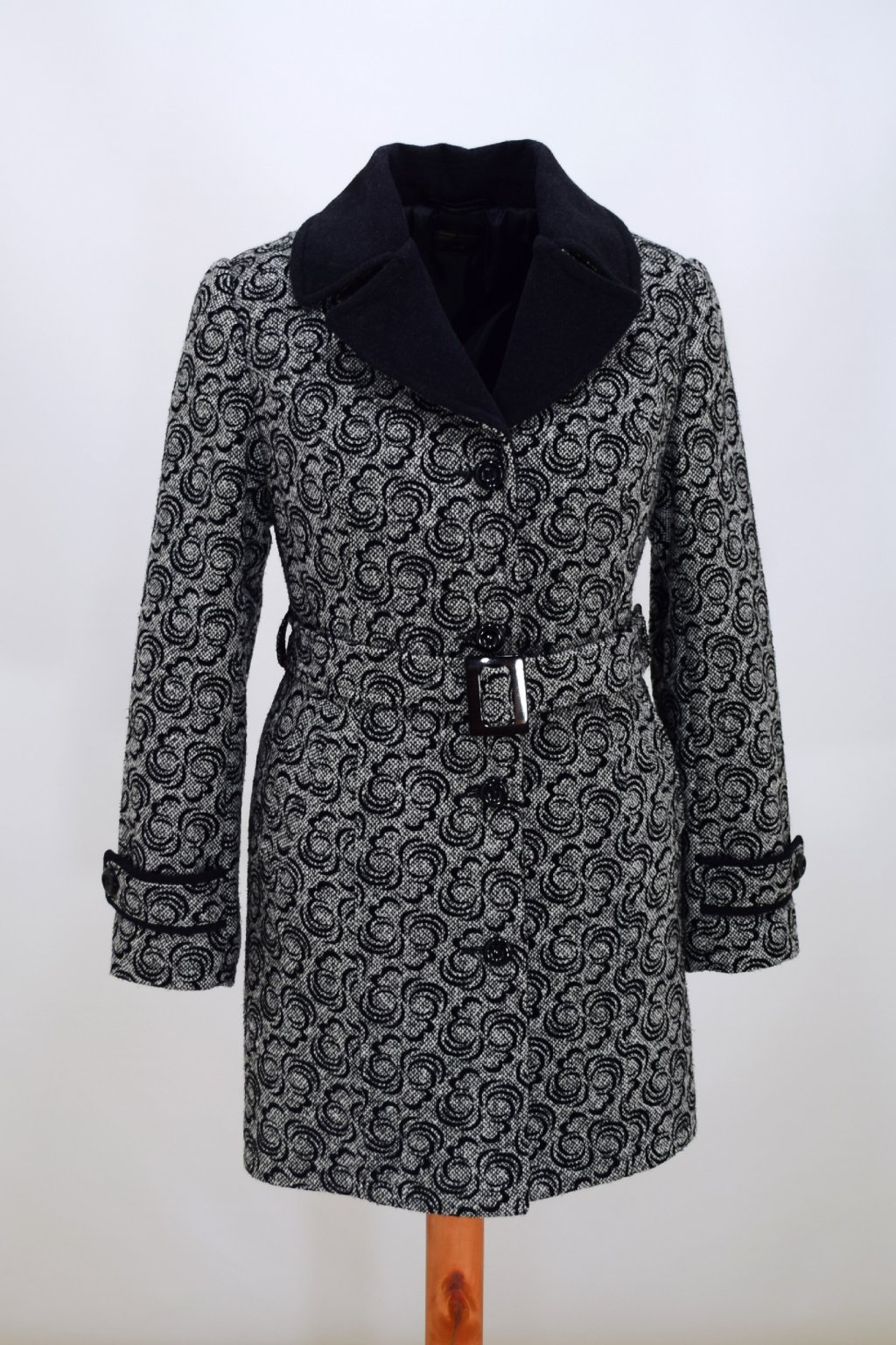 Dámský šedý zimní kabát Rozita nadměrné velikosti.