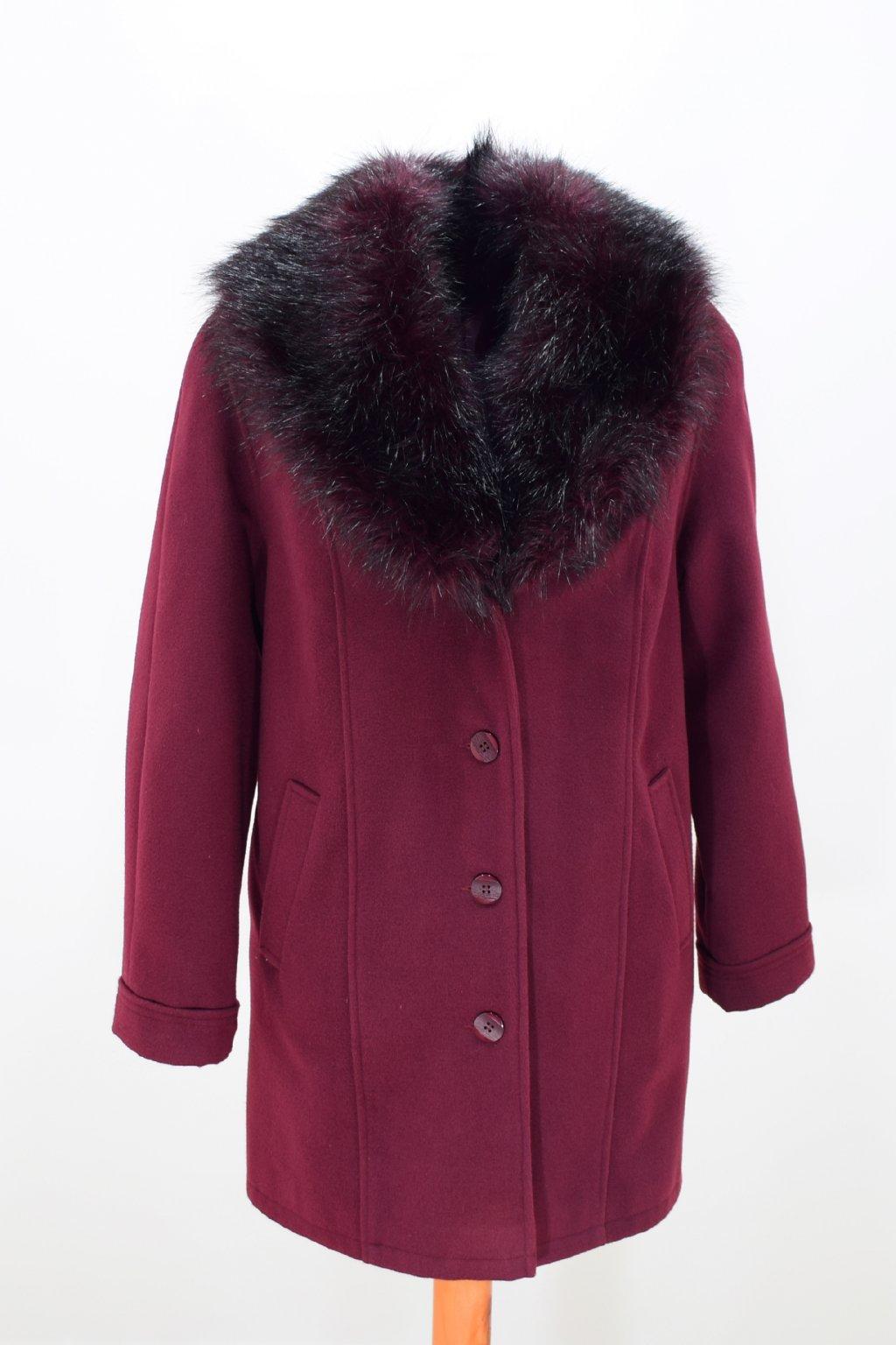 Dámský zimní vínový kabát Táňa nadměrné velikosti.