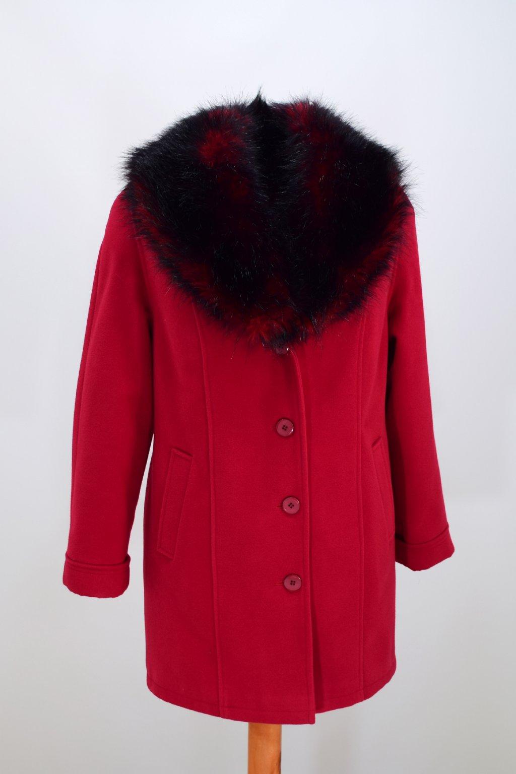 Dámský zimní červený kabát Táňa nadměrné velikosti.