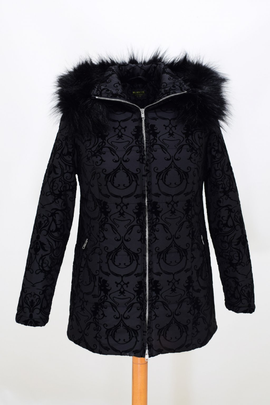 Dámská černá zimní bunda Megan nadměrné velikosti.