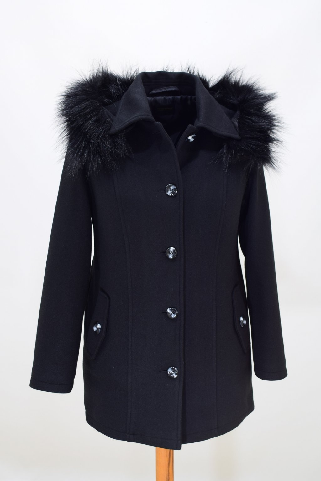 Dámský černý zimní kabát Alice nadměrné velikosti.