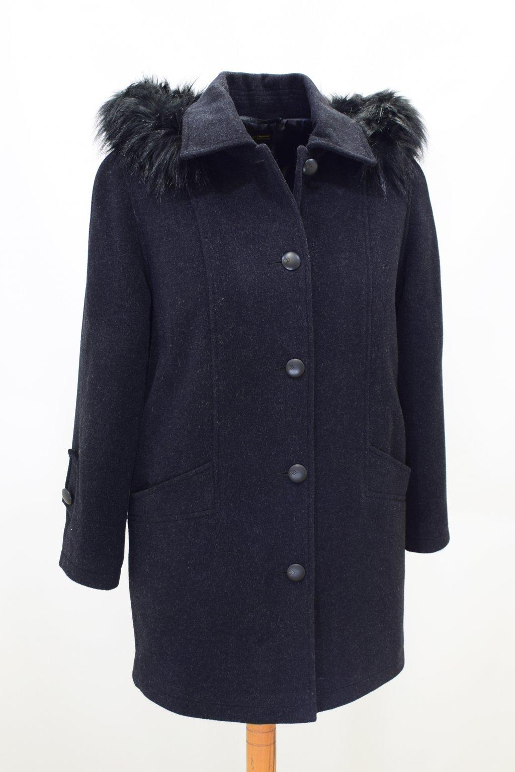 Dámský černý zimní kabát Grácie nadměrné velikosti.