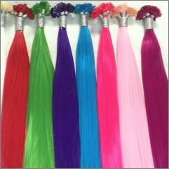 Pramínky barevných vlasů na prodlužování