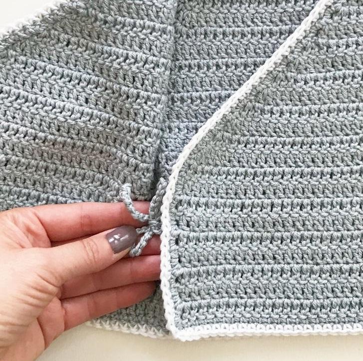 detail detského háčkovaného svetríku
