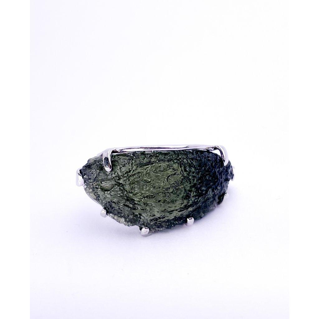 Stříbrný prsten s neopracovaným vltavínem.