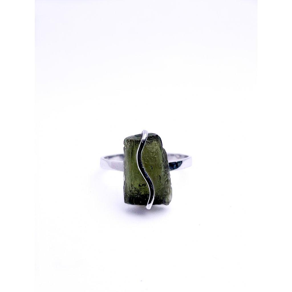 Stříbrný prsten s neopracovaným vltavínem