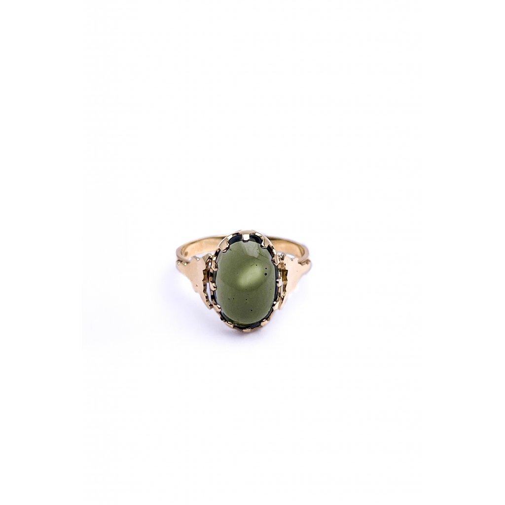 Zlatý prsten s broušeným vltavínem.