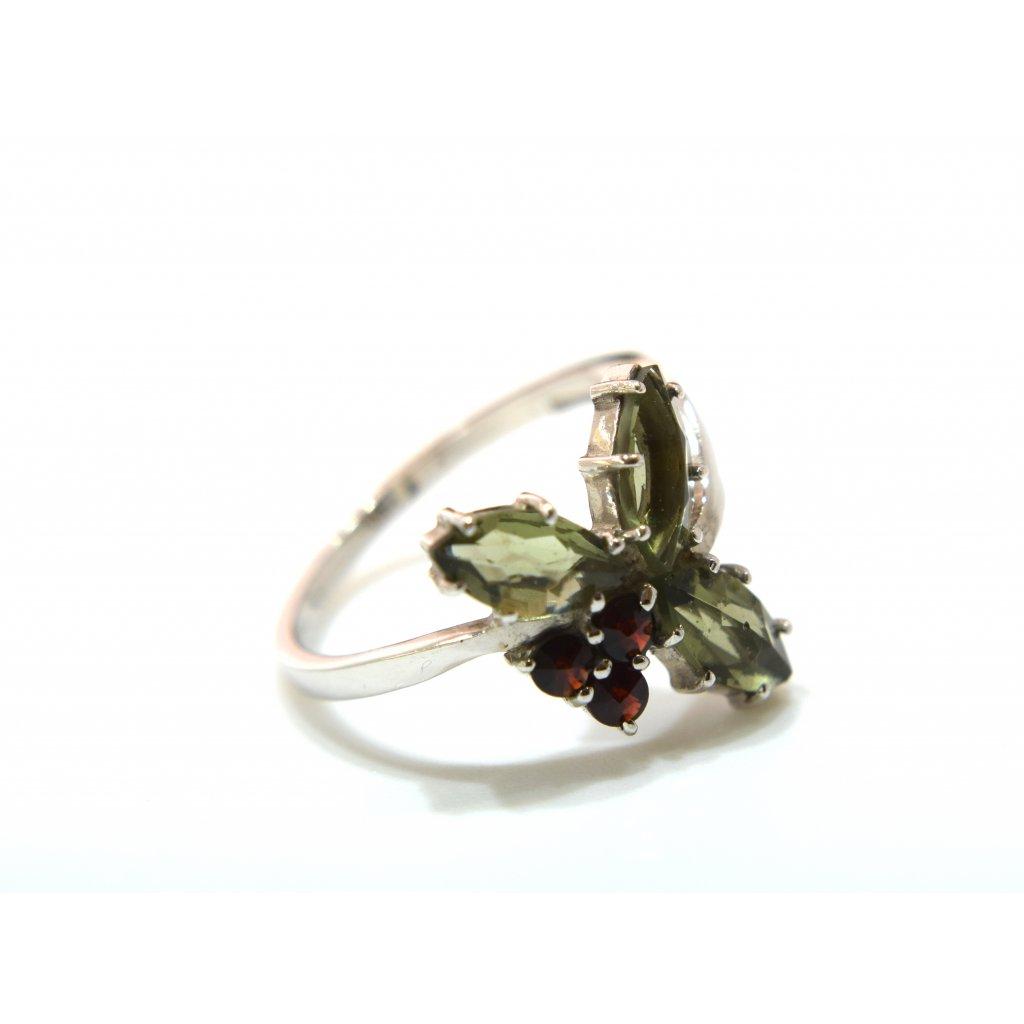Stříbrný prstýnek s vltavínem a granáty - Trojlístek