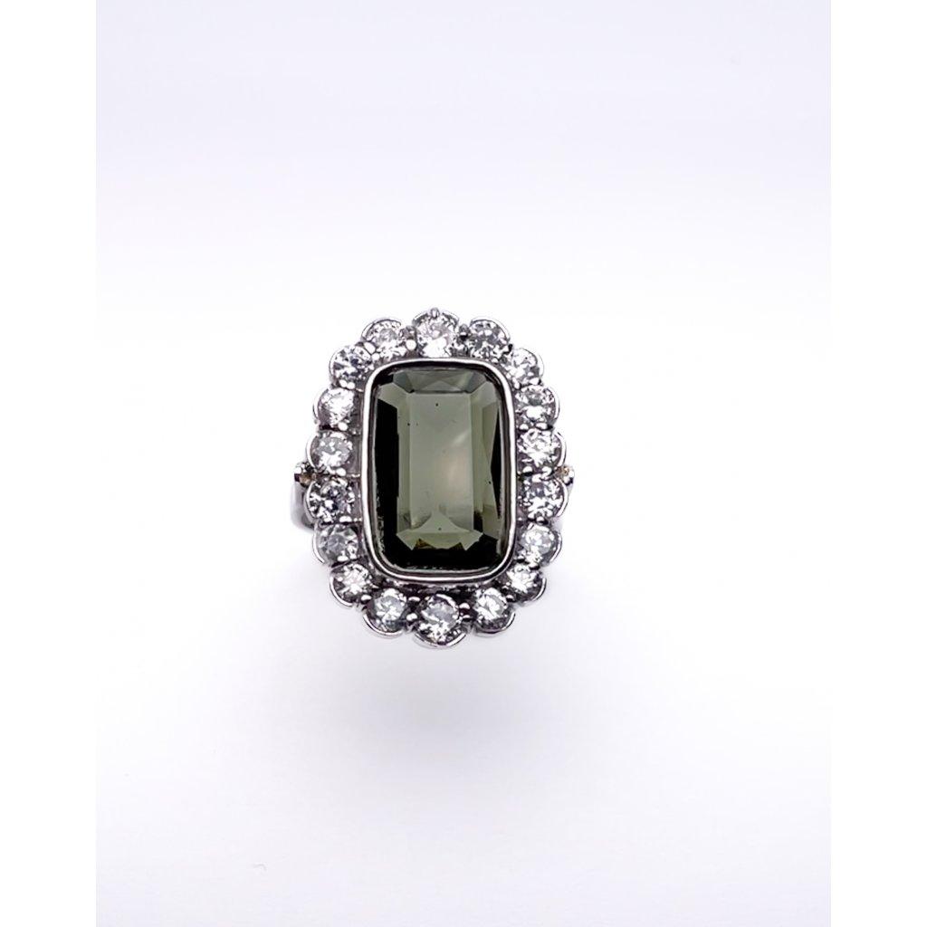 stříbrný prsten s  broušeným vltavínem a zirkony