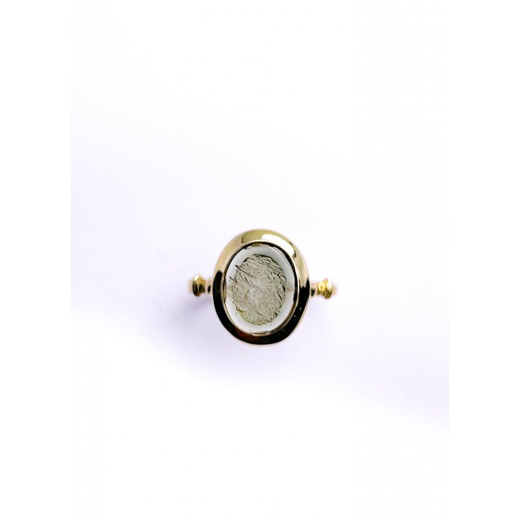 Zlatý prsten s vltávínem polobrus