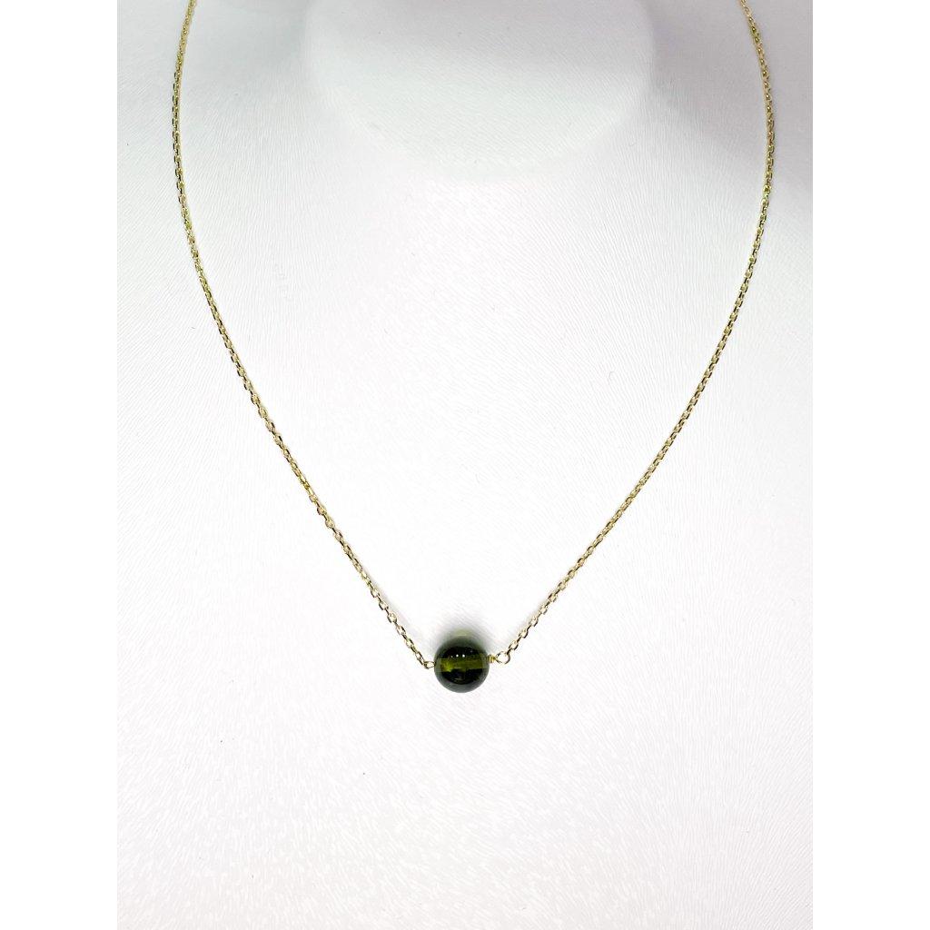 Zlatý náhrdelník s vltavínem.