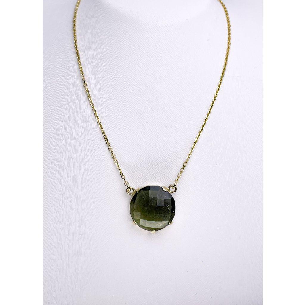 Zlatý náhrdelník s broušeným vltavínem.