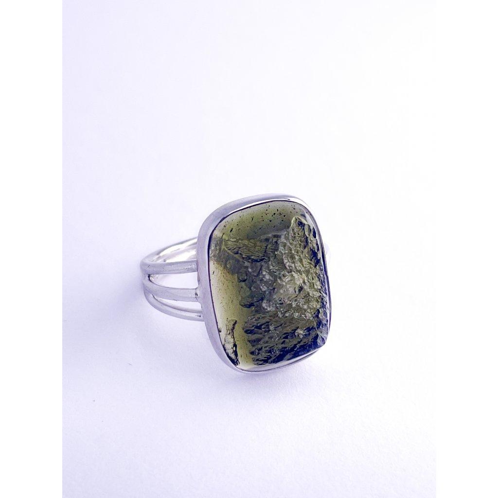 Stříbrný prsten s vltavínem ,polobrus