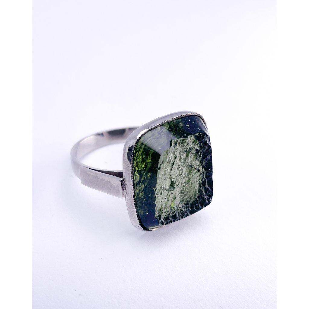 Stříbrný prsten s vltavínem , polobrus.