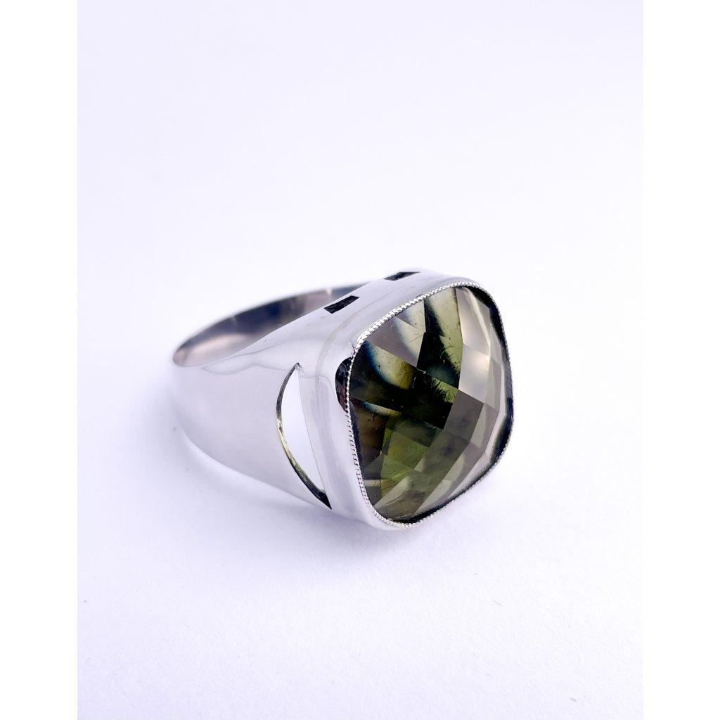Stříbrný prsten s broušeným vltavínem