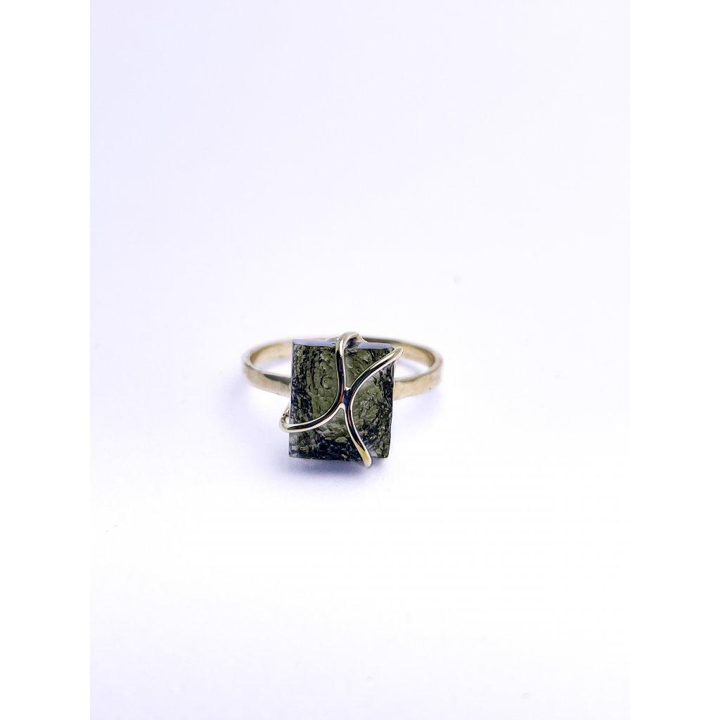 Zlatý prsten s vltavínem , polobrus.