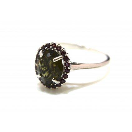 Stříbrný prstýnek ve tvaru oválu s vltavínem - granáty