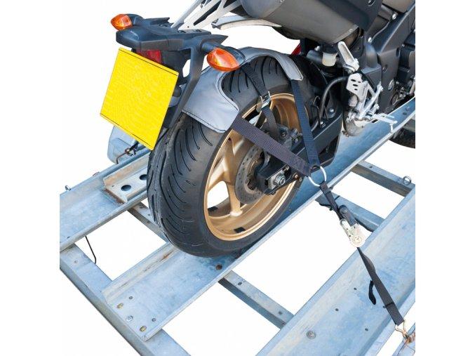 Bezpečnostní popruh pro uchycení zadní pneumatiky při transportu