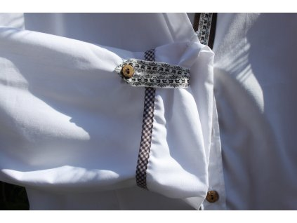 Bílá košile s hnědým doplňkem