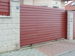 Brána posuvná na kolejnici šířka 4300 mm vč. příslušenství Výška v mm:: 900, Povrchová úprava:: Zn+ komaxit hnědá300Kg